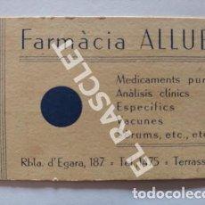 Coleccionismo Papel Varios: ANTIGÜA TARJETA FARMÀCIA ALLUÉ DE TERRASSA AÑOS 1940. Lote 255433290
