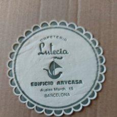 Coleccionismo Papel Varios: 9 CM POSAVASOS REDONDO PAPEL LOCAL CAFETERÍA LUTECIA EDIFICIO ARYCASA BARCELONA RESTAURANTE. Lote 288973723