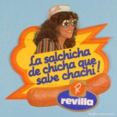 Pegatinas de colección: PEGATINA DE LOS '80 - PUBLICIDAD REVILLA - LA SALCHICHA DE CHICHA QUE SABE CHACHI. Lote 78121609
