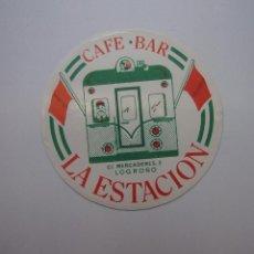 Pegatinas de colección: PEGATINA ADHESIVO. CAFE BAR LA ESTACION CALLE MERCADERES LOGROÑO. TDKP12. Lote 98393991