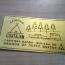Pegatinas de colección: ANTIGUA PEGATINA QUE SE PONIA EN EL CRISTAL DEL COCHE DEL CAMPING COSTAJAN EN ARANDA DE DUERO. Lote 130589466