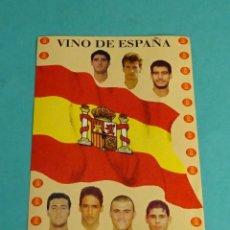 Pegatinas de colección: PEGATINA SELECCIÓN ESPAÑOLA DE FÚTBOL. VINO DE ESPAÑA. GUARDIOLA. RAÚL. LUIS ENRIQUE. 11 X 15 CM. Lote 138563914