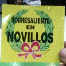 Pegatinas de colección: PEGATINA SOBRESALIENTE EN NOVILLOS - EL JUEVES. Lote 178226153