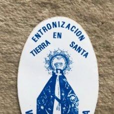 Pegatinas de colección: PEGATINA ENTRONIZACIÓN EN TIERRA SANTA - VIRGEN BIEN APARECIDA - CANTABRIA, 1985. Lote 179036366