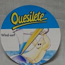Pegatinas de colección: PEGATINA ADHESIVA PROMOCIONAL QUESILETE DEPORTISTA WIND SURF - SIN PEGAR. Lote 211620900