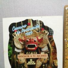 Pegatinas de colección: PEGATINA BANCO VITALICIO CONCURSO DE PRODUCCIÓN 1989 BANGKOK A TU ALCANCE TROQUELADA . Lote 186281110