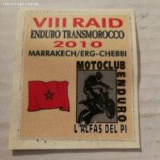 Pegatinas de colección: PEGATINA VIII RAID ENDURO TRANSMOROCCO 2010 MUY MUY RARA. Lote 194645458