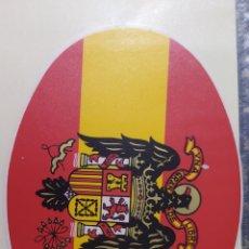 Pegatinas de colección: ANTIGUA PEGATINA CON BANDERA Y ESCUDO DE ESPAÑA FRANQUISTA FRANCO. Lote 205450435