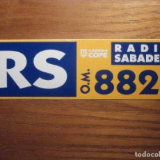 Pegatinas de colección: ADHESIVO - STICKER - RADIO SABADELL RS 882 KHZ CADENA COPE, EMISORAS, CADENAS, DIFUSIÓN Y PROPAGANDA. Lote 208311486