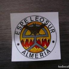 Autocollants de collection: PEGATINA ESCUDO ESPELEO SUR ALMERÍA. ESPELEOLOGÍA. Lote 226225140