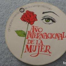 Pegatinas de colección: ANTIGUA PEGATINA.ALMACENES MERIDA.AÑO INTERNACIONAL DE LA MUJER.. Lote 236978540