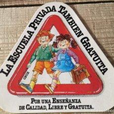 """Pegatinas de colección: ANTIGUA PEGATINA """"LA ESCUELA PRIVADA TAMBIÉN GRATUITA"""". Lote 244409965"""