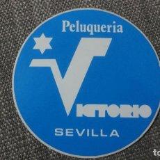 Pegatinas de colección: ANTIGUA PEGATINA.PEUQUERIA VICTORIO.SEVILLA. Lote 245737850
