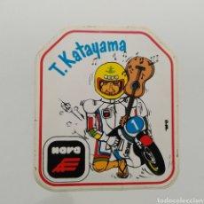 Pegatinas de colección: PEGATINA CARICATURA DEL PILOTO DE MOTOS TAKAZUMI KATAYAMA PUBLICIDAD CASCOS NOVA, AÑOS 70 - 80. Lote 263090875