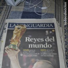 Coleccionismo Periódico La Vanguardia: PERIÓDICOS ESPAÑA CAMPEONA DEL MUNDO.: LA VANGUARDIA, EL PAÍS, PROCLAMACIÓN SURAFRICA 2012. Lote 138699198