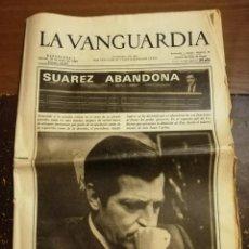 Coleccionismo Periódico La Vanguardia: LA VANGUARDIA ENERO 1981. SUAREZ ABANDONA. Lote 195495565