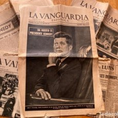 Coleccionismo Periódico La Vanguardia: PERIÓDICOS (LA VANGUARDIA), RECORTES Y LIBRO EDITADO EN EL PERIÓDICO SOBRE KENNEDY (JFK, 1965). Lote 276668478