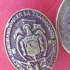 Pins de colección: PIN INSIGNIA DE OJAL ESCUDO DE ESPAÑA EFICACIA ,HONORABILIDAD EN LA TRANSACCION INMOBILIARIA. Lote 16399727