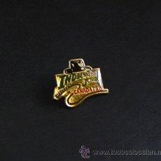 Pins de colección: PIN DE INDIANA JONES SOMBRERO Y LÁTIGO - CINE HARRISON FORD - STEVEN SPIELBERG ARQUEOLOGÍA AVENTURA. Lote 26479489