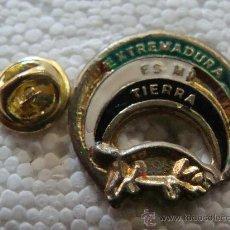 Pins de colección: PIN DE TURISMO. BANDERA EXTREMADURA ES MI TIERRA. COCHINO CERDO IBÉRICO. AÑOS 90.. Lote 194344262