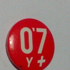 Pins de colección: PIN / CHAPA - 2,5 CM DIÁMETRO - 0'7 Y + - POLITICA -PLO. Lote 35202017