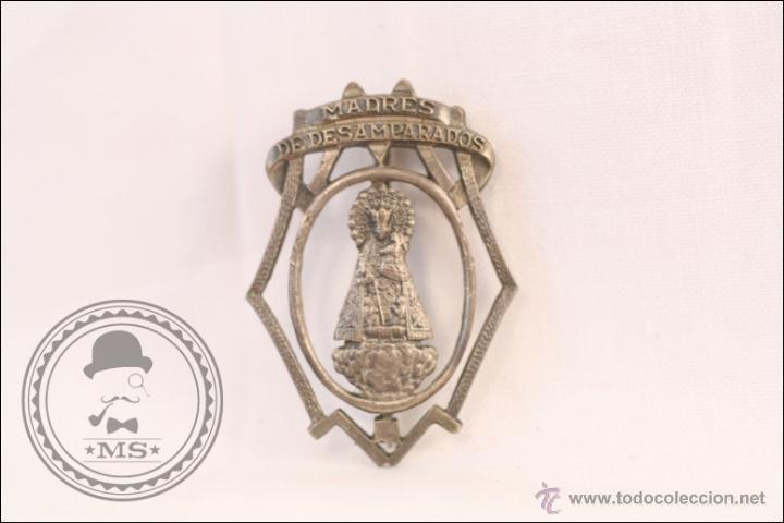 ANTIGUA INSIGNIA DE AGUJA - MADRES DE DESAMPARADOS. VIRGEN CON EL NIÑO - 38 X 27 MM (Coleccionismos - Pins)