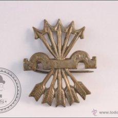 Pins de colección: ANTIGUA INSIGNIA DE AGUJA - YUGO Y FLECHAS - MEDIDAS 30 X 37 MM - FRANCO / FALANGE. Lote 289839558
