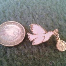 Pins de colección: PRECIOSO PIN INSIGNIA PALOMA BLANCA DE LA PAZ CON MEDALLA VIRGEN EN LA BOCA TENGO MAS PINS VER LOTES. Lote 43592811