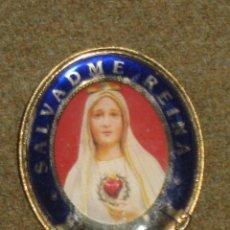 Pins de colección: INSINGIA DE IMPERDIBLE CON LA VIRGEN DE FATIMA Y LA LEYENDA - SALVADME REINA FATIMA 1917. Lote 46079561