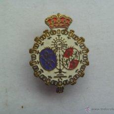 Pins de colección: EMBLEMA ANTIGUO DE OJAL ( NO PIN ) CON ESCUDO SEMANA SANTA SEVILLA : SAN BERNARDO , MONARQUIA. Lote 195120290