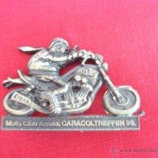 Pins de colección: PIN - PLACA EN METAL. MOTO CLUB ARRATE CARACOLTREFFEN 96. 5,5 CM LONG.. Lote 49935023