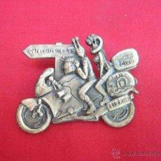 Pins de colección: PIN - PLACA EN METAL. CONCENTRACION 95. MOTO CLUB ARRATE. EIBAR. 5 CM LONG.. Lote 49935901