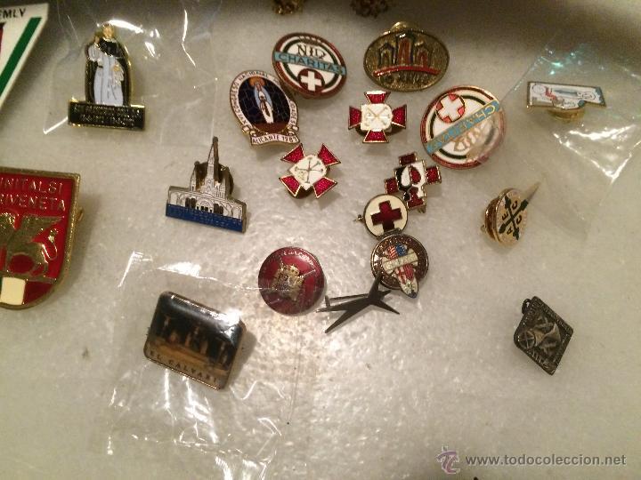 Pins de colección: Antiguo lote de pins, de la cruz roja, caritas, peregrinaciones etc. - Foto 2 - 50361632