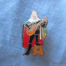 Pin's de collection: PIN TIPO INSIGNIA DE AGUJA TIPO IMPERDIBLE ANTIGUA TUNO DE UNA TUNA TOCANDO LA GUITARRA. Lote 50436464