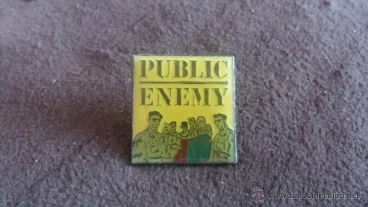 PIN GRUPO DE MÚSICA HIP HOP PUBLIC ENEMY (Coleccionismos - Pins)