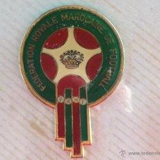 Pins de colección: PIN DE MAYOR TAMAÑO ANTIGUO MUY RARO FEDERACION DE FUTBOL DE MARRUECOS. Lote 53903321