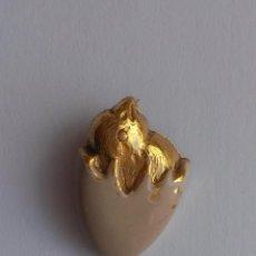 pin de alfiler de pollito saliendo del huevo , metalico antiguo