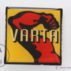 Pins de colección: PIN PUBLICITARIO / PUBLICIDAD - PILAS / BATERÍAS VARTA - MEDIDAS 20 X 20 MM. Lote 54940889