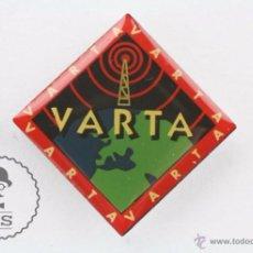 Pins de colección: PIN PUBLICITARIO / PUBLICIDAD - PILAS / BATERÍAS VARTA - MEDIDAS 28 X 28 MM. Lote 54940900