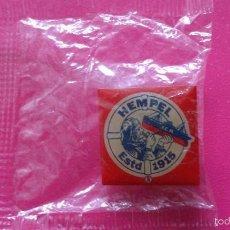 Pins de colección: PIN DE PINTURAS HEMPEL ESTD. AÑO 1915 ESPAÑOL.. Lote 56323277