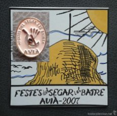 Pins de colección: CERAMICA Y PIN FESTES DEL SEGAR I BATRE AVIÀ 2.007. Lote 115685387