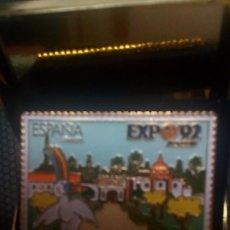 Pins de colección: EXPO-92 SEVILLA PIN OFICIAL SELLO ESMALTADO-CORREOS, LOGOTIPO OFICIAL *CURRO*+ESTUCHE. Lote 149508892