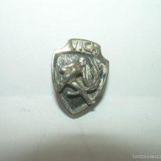 Pins de colección: ANTIGUA INSIGNIA...DE PLATA.....VICH.. Lote 57385959