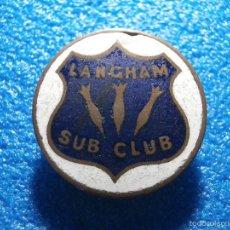 Pins de colección: MUY ANTIGUA INSIGNIA ESMALTADA INGLESA PARA OJAL - LANGHAM SUB CLUB - CON MARCAS DE FABRICANTE. Lote 57940955