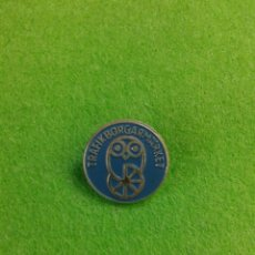 Pins de colección: INSIGNIA SUECIA TRAFIK BORGARMARKET. Lote 58072852