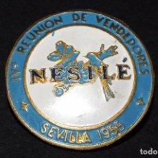 Pins de colección: NESTLÉ. REUNIÓN DE VENDEDORES. SEVILLA. AÑO 1955. RARA INSIGNIA DE SOLAPA. 3 CTMS. DIÁMETRO. Lote 61426475