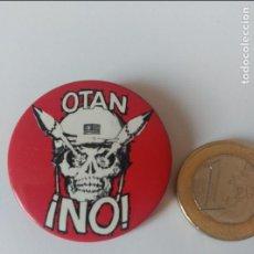 Pins de colección: CHAPA BADGET ANTI OTAN. AÑOS 80. Lote 68555473