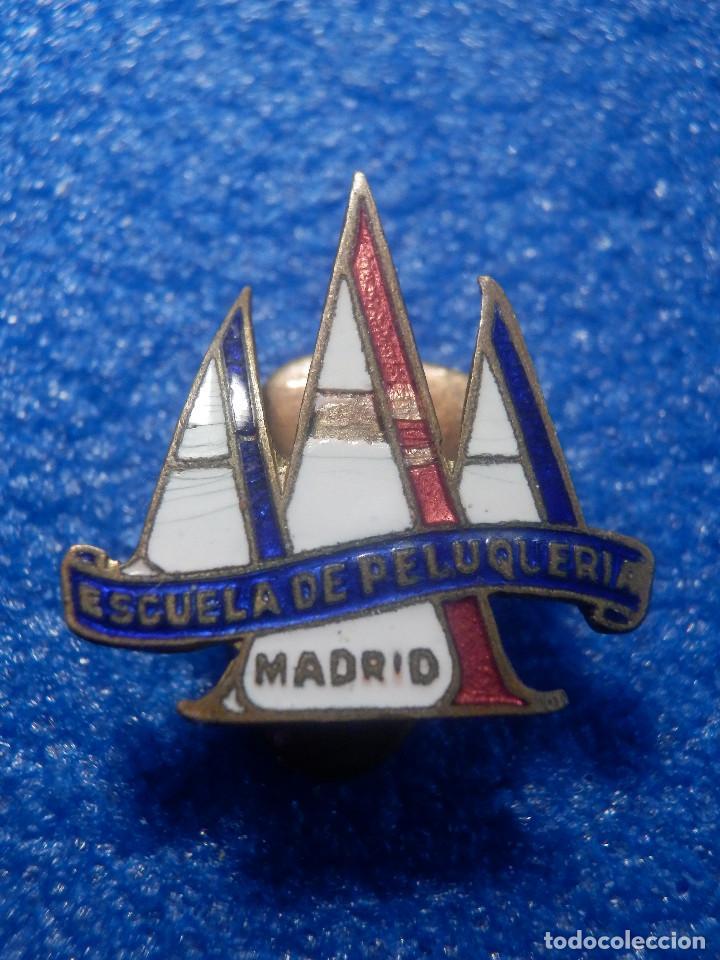 ANTIGUA INSIGNIA PARA OJAL DE CHAQUETA - A A A - ESCUELA DE PELUQUERÍA - MADRID - AÑOS 50 (Coleccionismo - Pins)