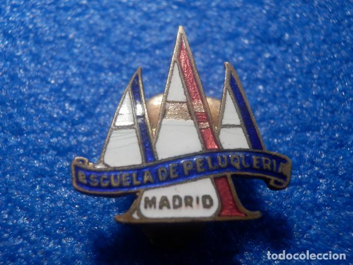 Pins de colección: Antigua Insignia para Ojal de Chaqueta - A A A - Escuela de Peluquería - Madrid - Años 50 - Foto 2 - 69433869