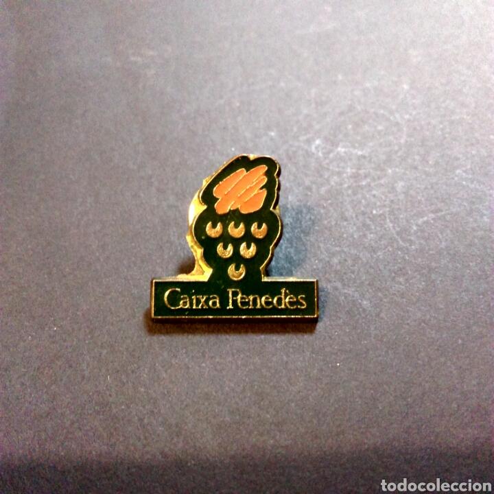 PIN BANCO PUBLICIDAD CAIXA PENEDES (Coleccionismo - Pins)
